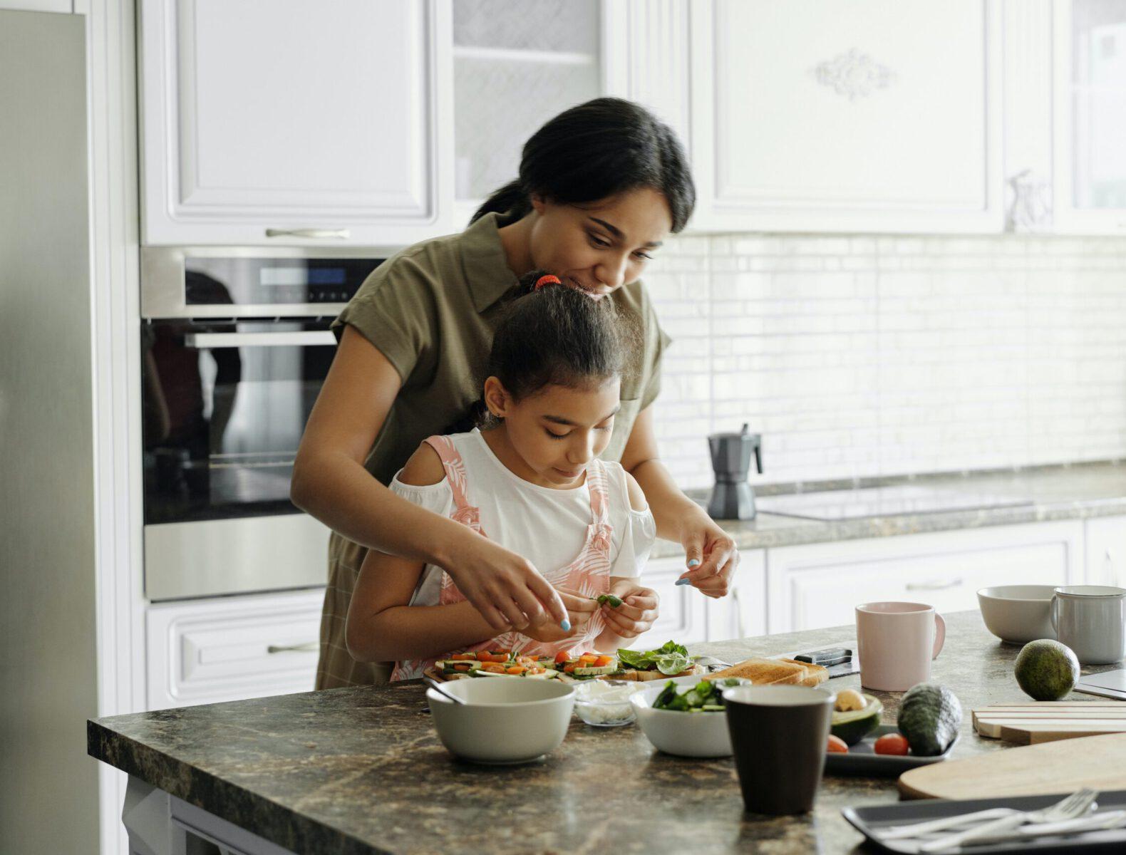 moeder en kind in keuken